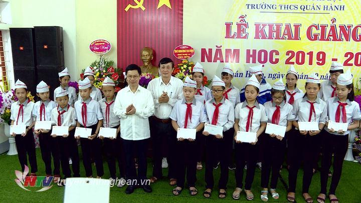 Phó Bí thư Thường trực Tỉnh ủy Nguyễn Xuân Sơn tặng quà cho học sinh nghèo vượt khó.