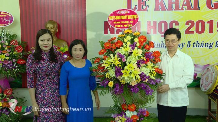 Phó Bí thư Thường trực Tỉnh ủy Nguyễn Xuân Sơn tặng hoa chúc mừng Trường THCS Quán Hành.