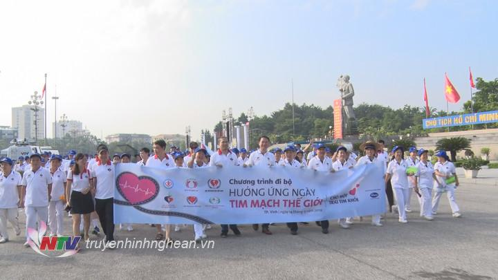   Hơn 1.000 người dân Nghệ An tham gia đi bộ hưởng ứng lễ phát động.  