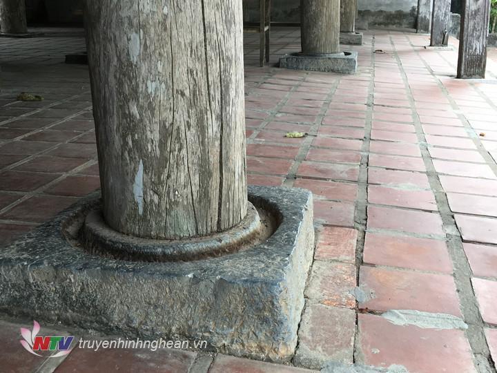 Hệ thống cột của nhà Bái đường được đặt trên các tảng đá, các tảng đá này khác với nhiều ngôi đình khác, đó là xung quanh chân cột gỗ được khoét rãnh tròn, mặt kê chân cột cao hơn rãnh độ 1cm. Mục đích của khoét rãnh là để đổ nước vào rãnh, tránh các loại côn trùng như: mối, kiến…bò lên cột gỗ.