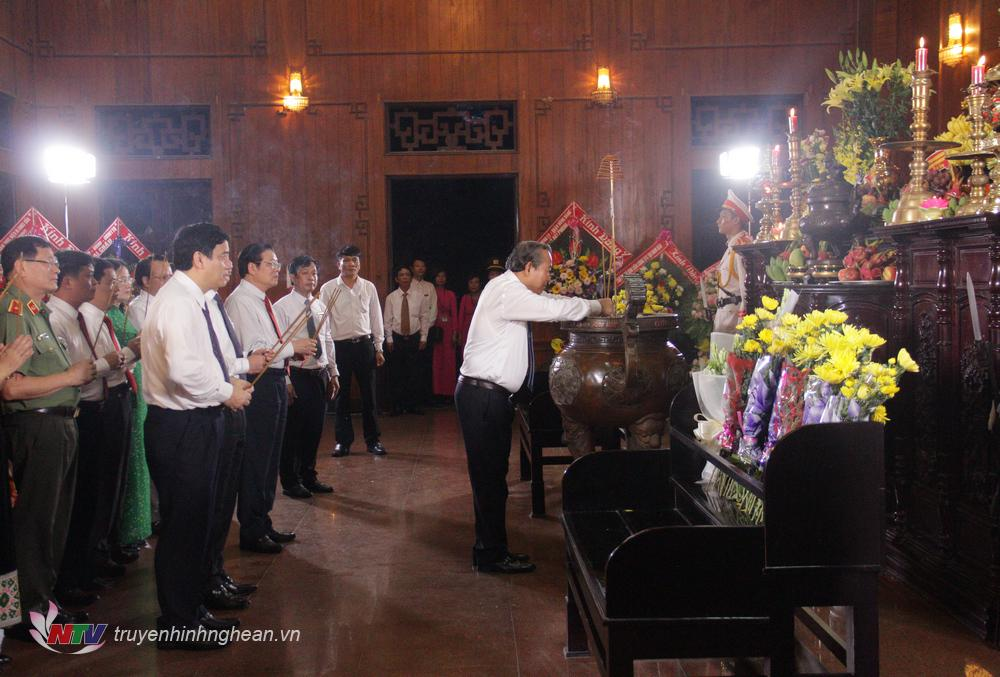 Các đại biểu tại điểm cầu Nghệ An dâng hương tại Nhà tưởng niệm Chủ tịch Hồ Chí Minh trong khu di tích.