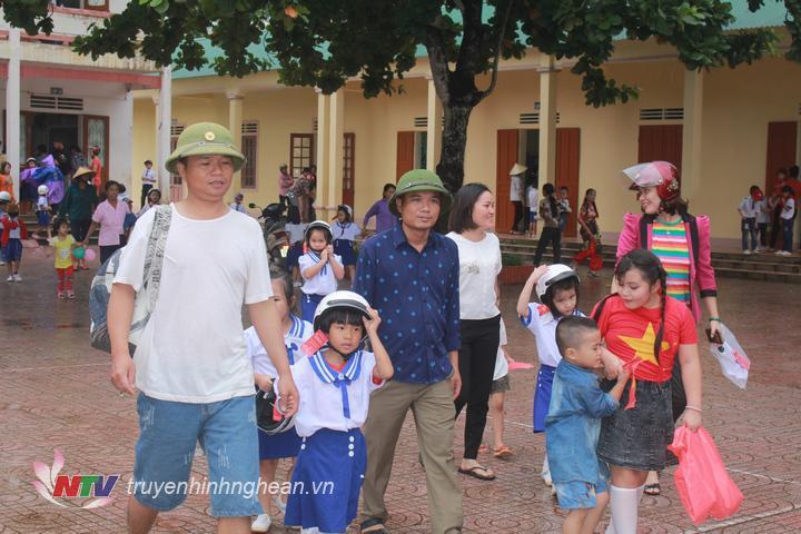 Phụ huynh đưa trẻ đến trường.
