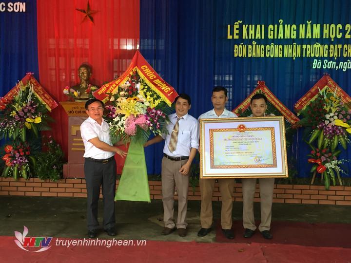 Lãnh đạo huyện tặng hoa chúc mừng khai giảng năm học mới.