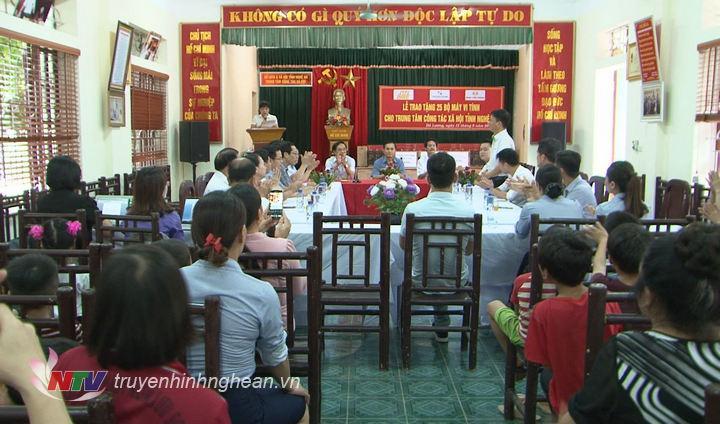 Phó Chủ tịch UBND tỉnh Lê Ngọc Hoa tặng quà cho Trung tâm công tác xã hội tỉnh nhân dịp Tết Trung thu 2019.