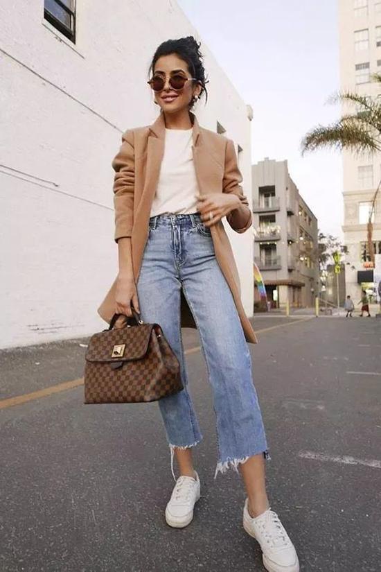 Những kiểu áo vest, áo khoác mùa thu vẫn có thể phối cùng nhiều mẫu quần jeans phá cách.