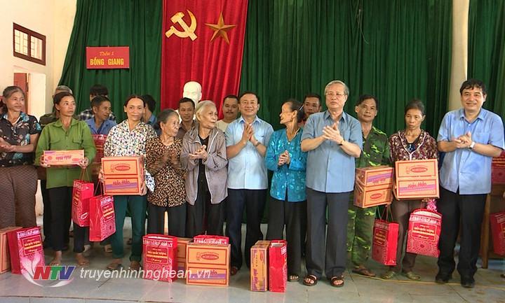 Thường trực Ban Bí thư Trần Quốc Vượng cùng lãnh đạo 2 tỉnh Nghệ An - Hà Tĩnh tặng quà cho