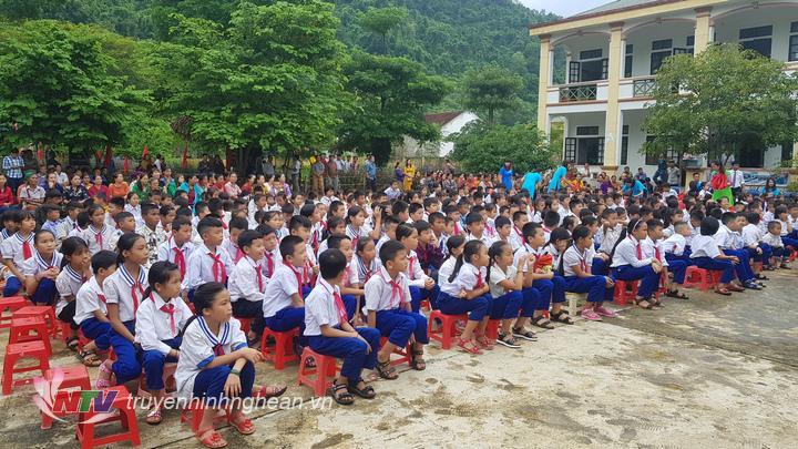Học sinh Tương Dương tham dự lễ khai giảng trong điều kiện thời tiết thuận lợi, không mưa.