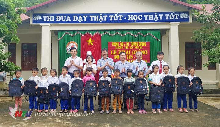 Đại diện công ty Thủy điện Bản Vẽ và huyện Tương Dương trao quà cho các em học sinh nghèo vượt khó học giỏi.