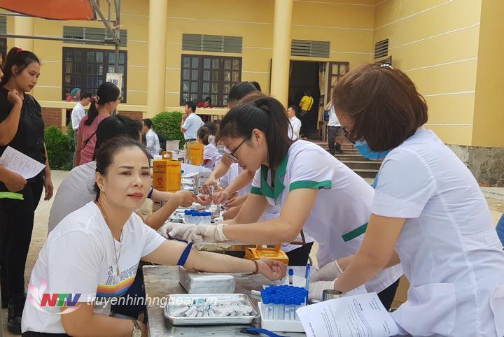 Khám sàng lọc cho các tình nguyện viên đăng ký hiến máu.