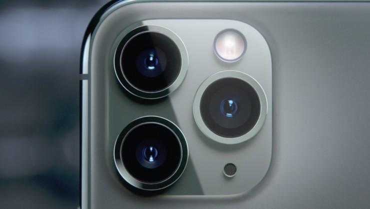 Đều có camera sau 12MP với ống kính góc rộng và hỗ trợ chế độ chụp đêm nhưng iPhone 11 có 2 camera còn Pro/Pro Max có 3 camera.