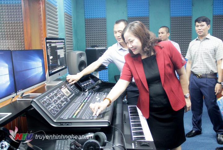 Trưởng Ban Tuyên giáo Tỉnh ủy Nguyễn Thị Thu Hường nhấn nút chính thức vận hành studio.