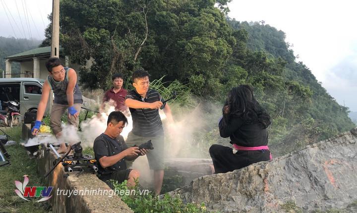Đoàn làm phim tập trung cao độ để có được khoảnh khắc đẹp của trời chiều trên Cổng trời Mường Lống.