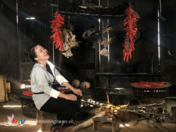 Nữ Phóng viên bên bếp lửa người Mông