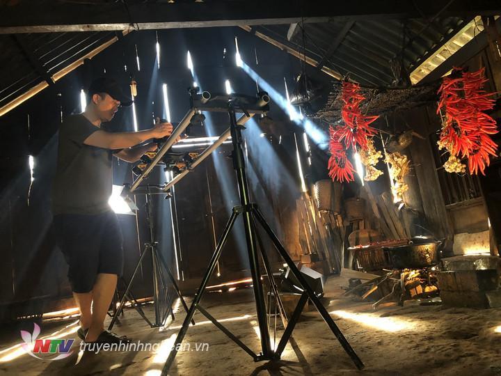 Khoảnh khắc đạo diễn Như Phong say mê với góc quay.