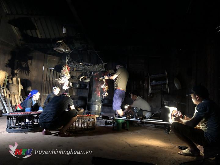 Trong căn bếp nhỏ bé của người Mông tại bản Tây Sơn – Kỳ Sơn