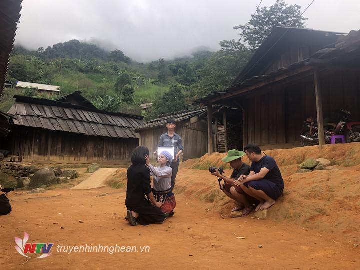 """Một cảnh trong phim """"Lối về trên đỉnh Sương Mây"""" ở bản Tây Sơn – Kỳ Sơn"""