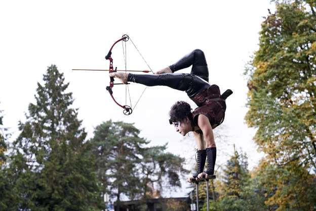 Người bắn cung tên bằng chân xa nhất: 11 năm gắn bó trong nghề biểu diễn xiếc, Brittany Walsh đã ghi tên mình vào danh sách kỷ lục Guinness với thành tích bắn cung bằng chân xa 12,31m.