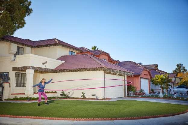 Kỷ lục lắc chiếc vòng lớn nhất thuộc về người hướng dẫn lắc vòng (hula hoop) chuyên nghiệp, Getti Kehayova tại bang Nevada, Mỹ.