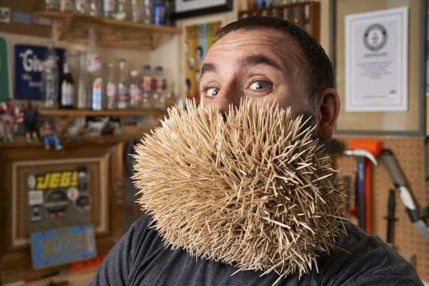 Joel Strasser tại Lacey, Washington, Mỹ đạt kỷ lục người gắn nhiều tăm nhất trên bộ râu. Anh mất 3 giờ 13 phút để gắn 3.500 que tăm lên bộ râu của mình.
