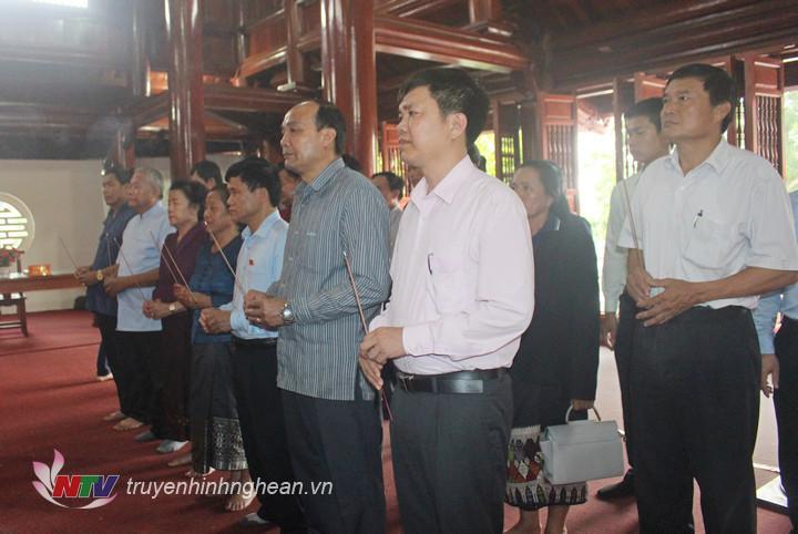 Đoàn đại biểu dâng hương tưởng niệm Chủ tịch Hồ Chí Minh.
