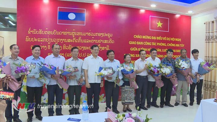 Phó Chủ tịch UBND tỉnh Lê Ngọc Hoa tặng hoa chào mừng các đoàn đại biểu tới dự hội nghị.