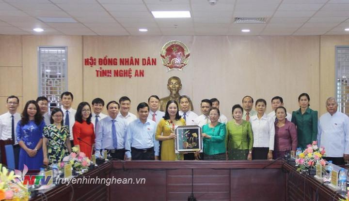 Đồng chí Cao Thị Hiền tặng bức tranh cho đoàn công tác tỉnh Xiêng Khoảng.