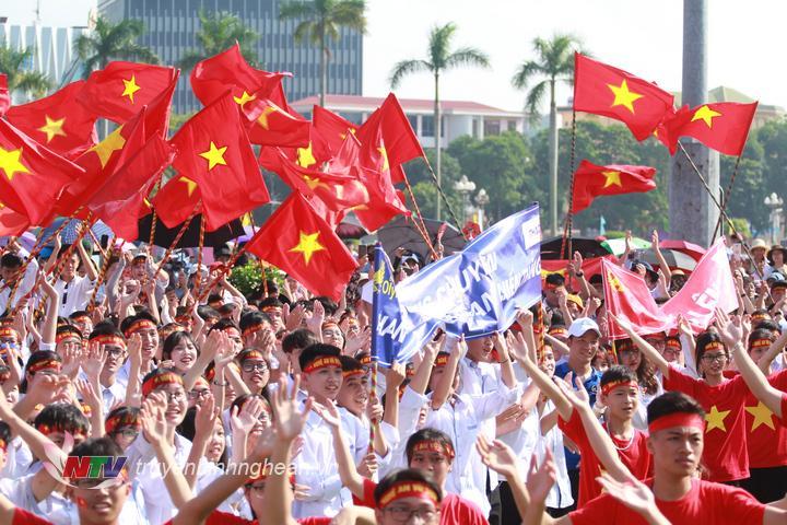 """  Hơn 5.000 thầy cô, học sinh cùng người dân trên địa bàn tỉnh tham gia cổ vũ, """"tiếp lửa"""" cho thí sinh Trần Thế Trung tại điểm cầu Nghệ An.  """