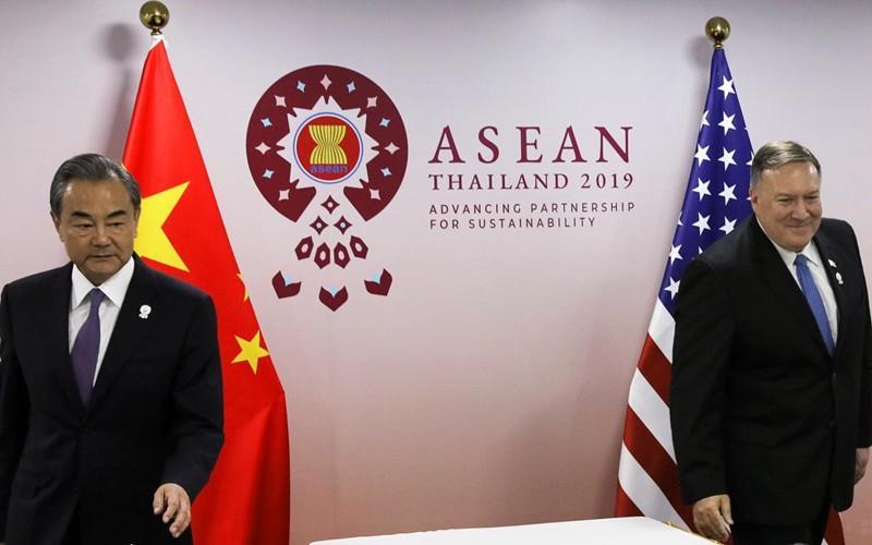 Ngoại trưởng Trung Quốc Vương Nghị (bìa trái) và người đồng cấp Mỹ Mike Pompeo tại một sự kiện của ASEAN ở Thái Lan năm 2019.