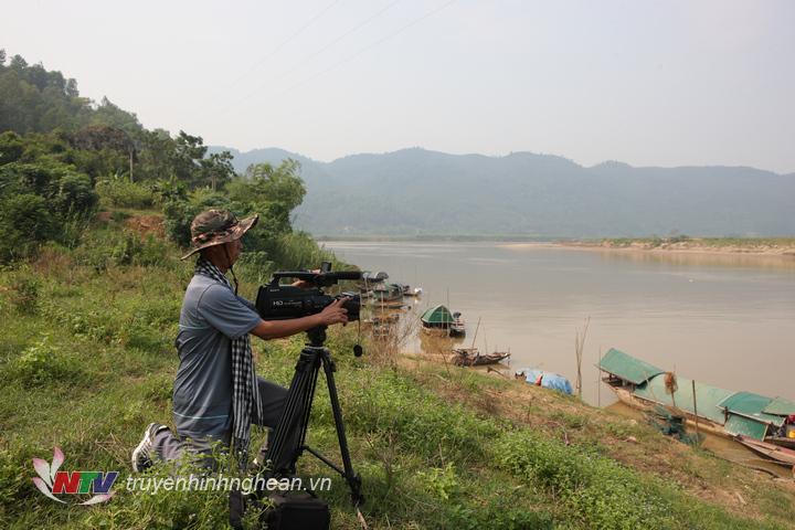 """Phóng viên Sinh Đàn ghi hình tại """"xóm chài 5 hộ"""" thuộc địa bàn xóm 2 xã Nam Tân – Nam Đàn."""