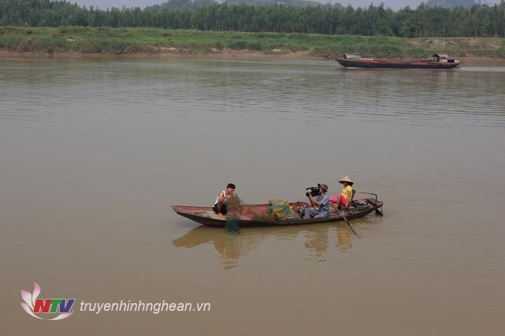 Cùng dân vạn chài ra sông ghi lại khoảng khăc đánh bắt tôm, cá…nghề chính của những hộ dân làng chài.