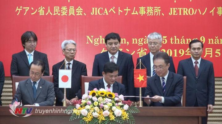 Chủ tịch UBND tỉnh Thái Thanh Quý cùng đại diện JICA Việt Nam và JETRO Hà Nội ký kết biên bản hợp tác.