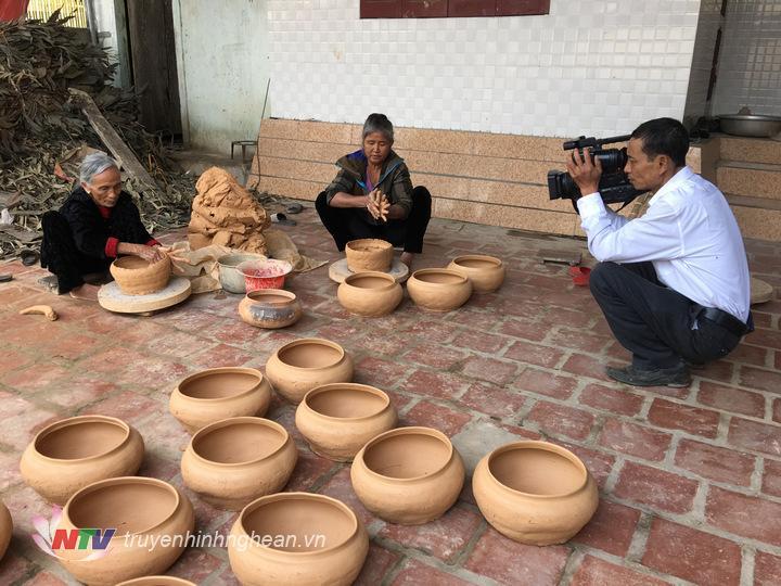 1.Quay phim Mai Hồng Sơn- Trung tâm VH-TT & Truyền Thông Đô Lương, miệt mài với những khuôn hình làm nồi đất của bà con nơi đây.