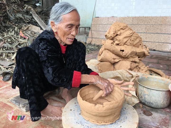 4.Một nghệ nhân đã 87 tuổi, cụ cho biết đã làm nghề 70 năm nay, từ khi mới lấy chồng.
