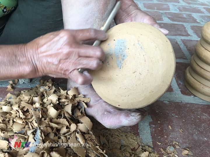 Cạo nồi là công đoạn cuối cùng để hoàn thiện một chiếc nồi sau khi đã phơi khô đất.