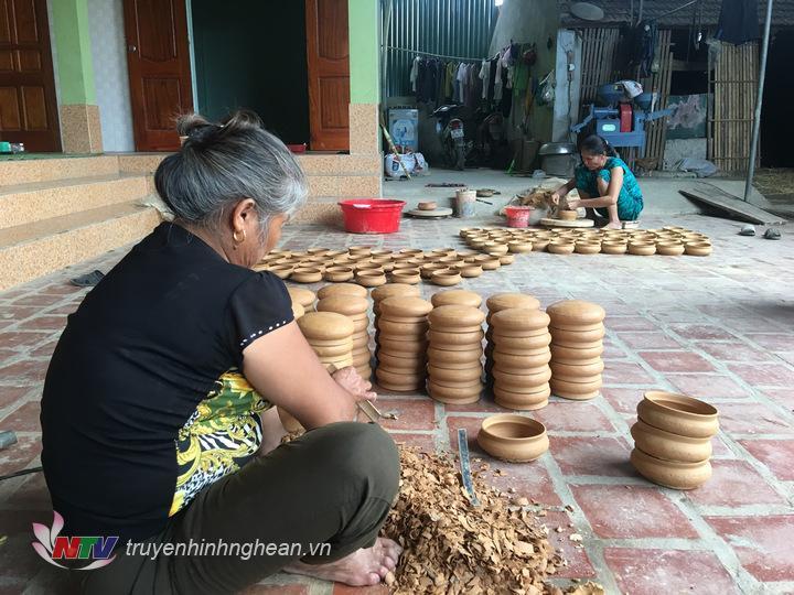 Mỗi ngày, một người dân làng nồi có thể làm ra trên 100 chiếc nồi đất