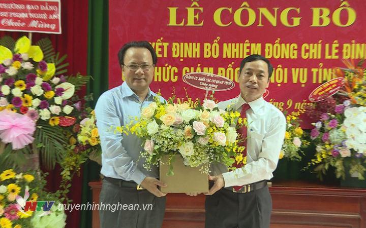Bí thư Đảng úy Khối CCQ tỉnh Nguyễn Nam Đình tặng hoa chúc mừng đồng chí Lê Đình Lý trên cương vị mới.