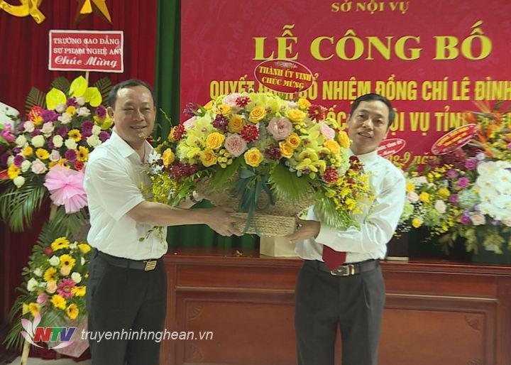 Bí thư Thành ủy Vinh tặng hoa chúc mừng đồng chí Lê Đình Lý.