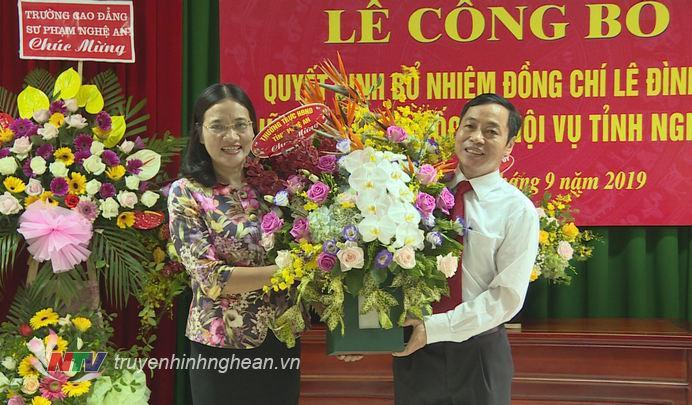 Phó Chủ tịch HĐND tỉnh Cao Thị Hiền tặng hoa chúc mừng tân Giám đốc Sở Nội vụ.