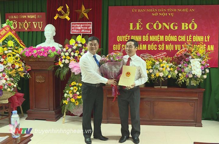 Chủ tịch UBND tỉnh Thái Thanh Quý trao quyết định và tặng hoa chúc mừng đồng chí