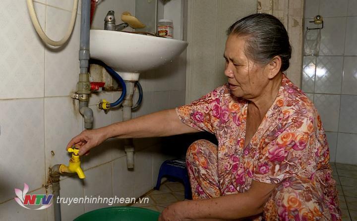 Không có nước sạch sử dụng trong nhiều ngày liền khiến cuộc sống sinh hoạt của người dân TP gặp khó khăn.
