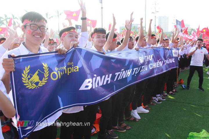 Từ sớm, rất đông thầy cô, học sinh các trường THCS, THPT cùng đông đảo người dân trên địa bàn TP Vinh, Nghệ An đã có mặt tại quảng trường Hồ Chí Minh để cổ vũ cho thí sinh Trần Thế Chung, 1 trong 4 thí sinh dự thi chung kết Olympia lần thứ 19.