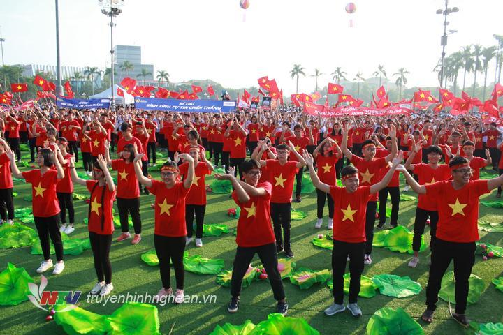 Màn nhảy flashmob của 1.000 thành viên Phan Bội Châu