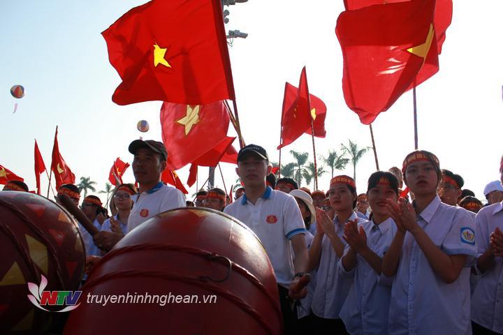 """Hơn 5.000 học sinh cùng người dân trên địa bàn tham gia """"tiếp lửa"""" cho chàng trai Trần Thế Chung."""