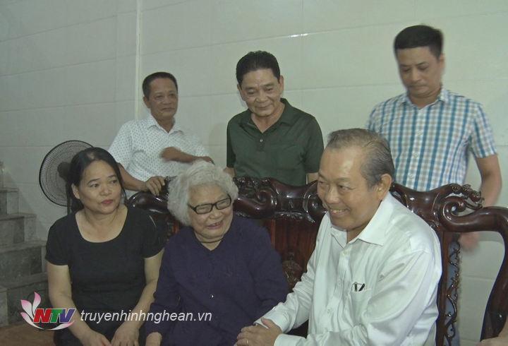 Phó Thủ tướng Thường trực Chính phủ Trương Hòa Bình thăm hỏi Mẹ Việt Nam anh hùng Nguyễn Thị Kim Oanh