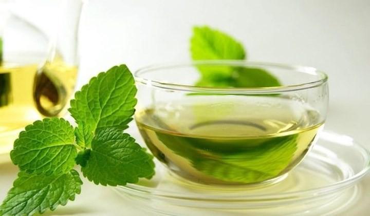 Các thành phần thông mũi của trà bạc hà có thể giúp làm dịu các triệu chứng dị ứng khói bụi.