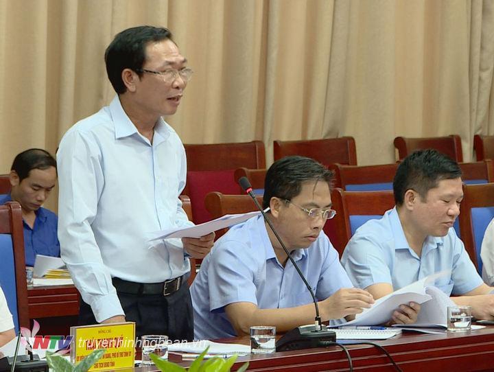 Đồng chí Nguyễn Xuân Hải - Giám đốc Sở Tài chính báo cáo về tình hình thu, chi ngân sách của tỉnh với Đoàn giám sát.