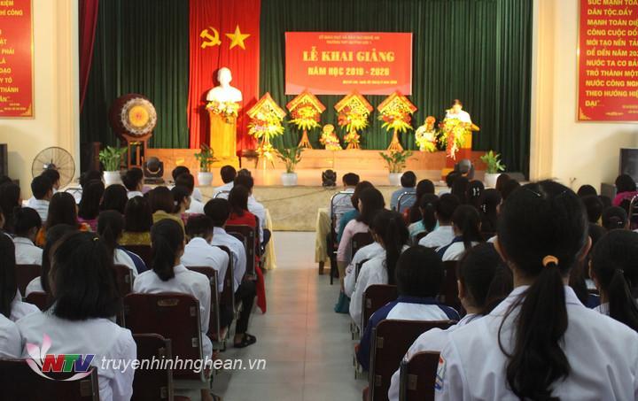 Nhiều trường trên địa bàn huyện Quỳnh Lưu tổ chức lễ khai giảng trong hội trường do điều kiện thời tiết.