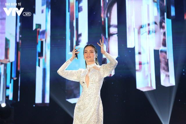 """lần đầu tiên Hồ Ngọc Hà xuất hiện trên sân khấu VTV Awards, cũng là lần đầu nữ ca sĩ trình diễn ca khúc mới mang tên """"Vẻ đẹp 4.0""""."""