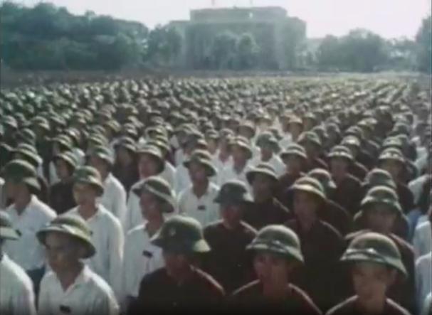 Hơn 15 vạn người thay mặt cho nhân dân cả nước gồm lực lượng vũ trang, công nhân, nông dân, trí thức, học sinh, sinh viên, thanh niên, phụ nữ và đại biểu Thủ đô Hà Nội tham gia lễ truy điệu vĩnh biệt Chủ tịch Hồ Chí Minh. Ảnh: Ảnh Nihon Denpa News