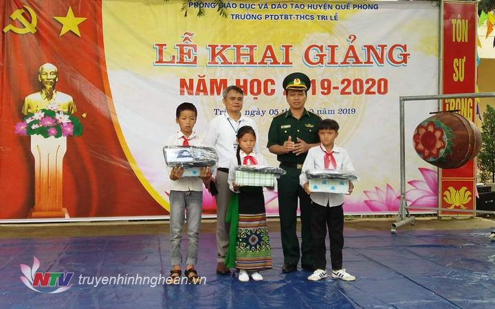 Đồn BP Châu Khê tặng quà cho học sinh trường Châu Cam, huyện Con Cuông
